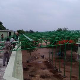 Construction d'un toit de l'école de Jalarpetai pour ajouter une salle d'examen