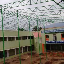Construction du toit de l'école de Jalarpetai