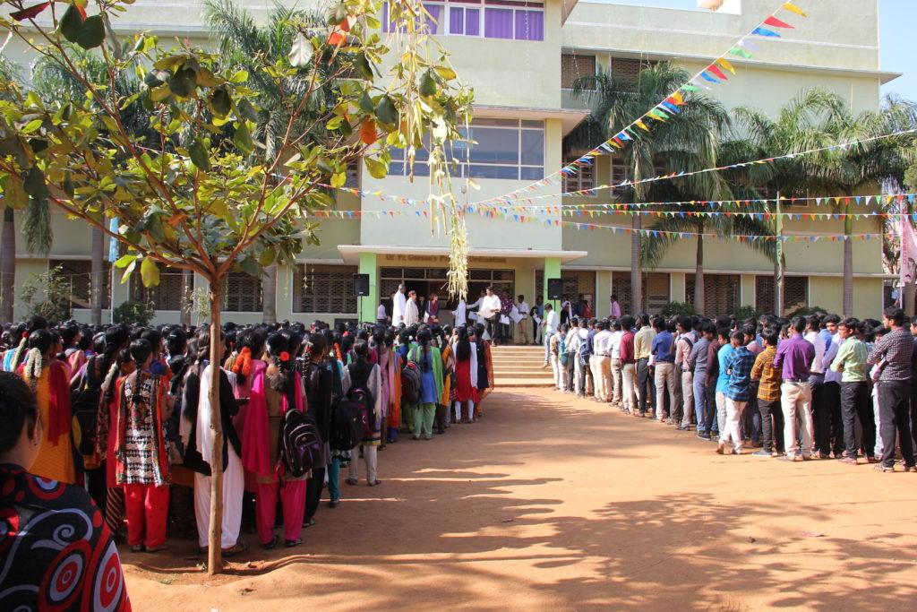 Hommage des étudiants Yelagiri