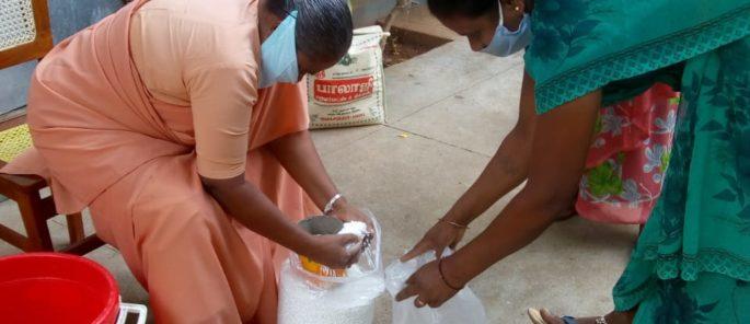 distribution de nourriture par les soeurs