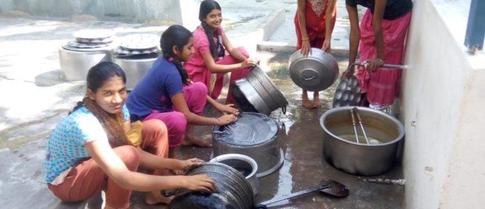 Les filles lavent leur vaisselle