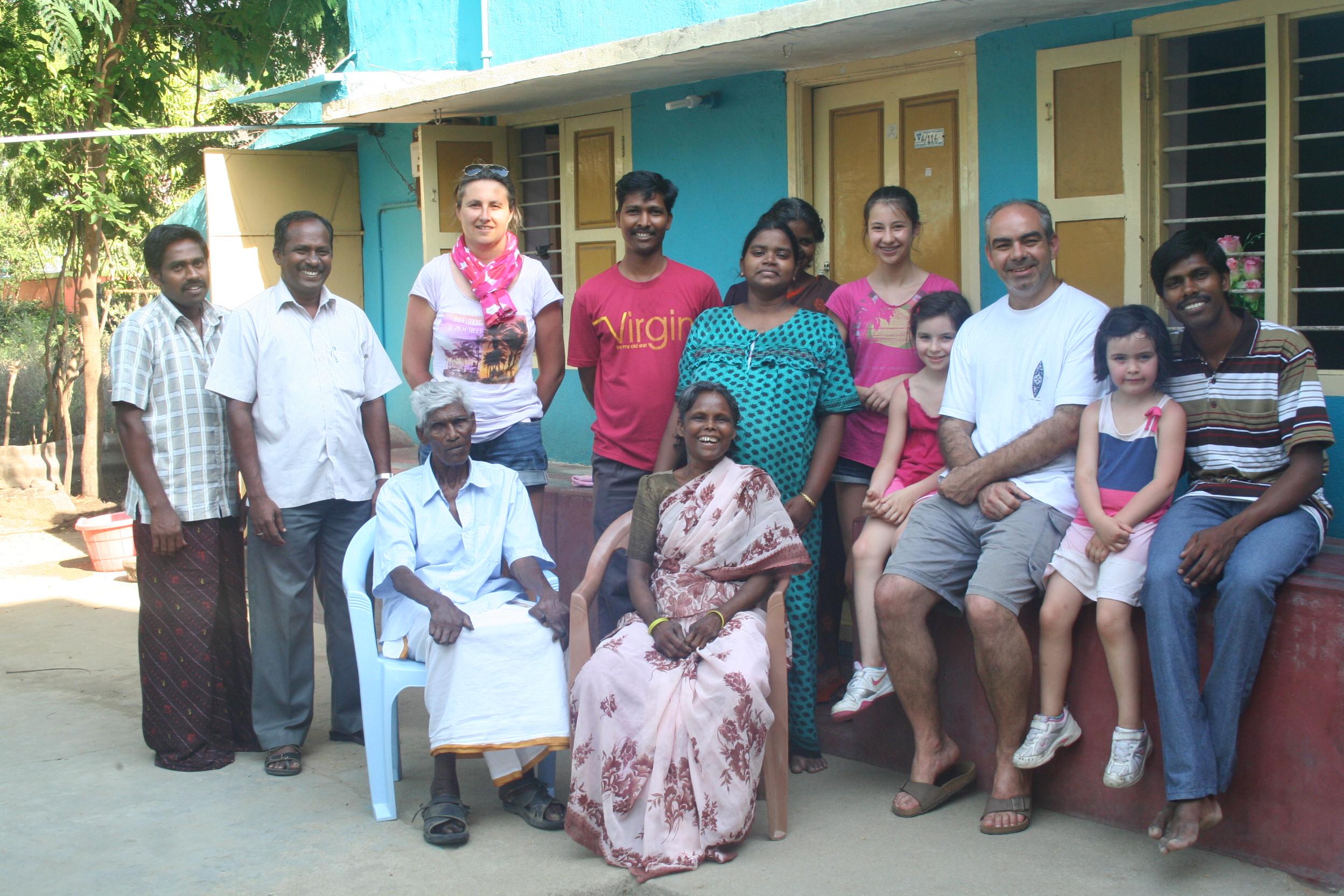 Gilles et sa famille en avril 2013 avec une famille de lépreux que l'association soutient.
