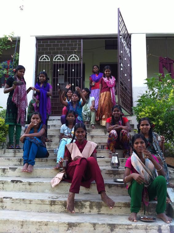 Les filles devant l'entrée - Karambur