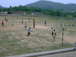 Le terrain de sport, les enfants jouent