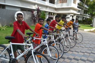 Les enfants heureux avec leur vélo (Sneha Bhavan, Kochi)